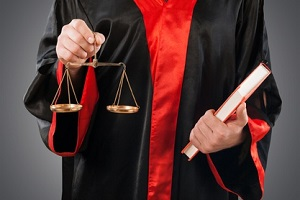 Unterstützt Sie ein Anwalt beim Einspruch gegen den Bußgeldbescheid, müssen die Kosten für seine Dienste bezahlt werden.