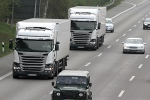 Eisplatten auf LKW stellen eine erhebliche Gefahr dar.