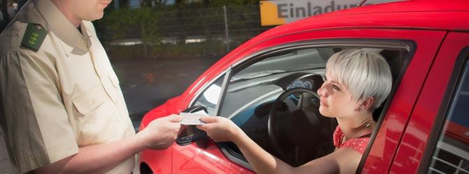 Entweder erfolgt der Entzug der Fahrerlaubnis durch die Führerscheinstelle oder durch ein Gericht.
