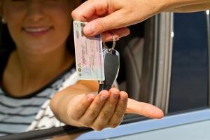 Nach Entzug der Fahrerlaubnis ist eine Sperrfrist einzuhalten.