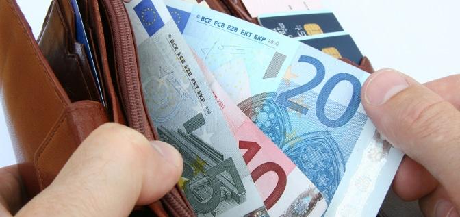 Fahranfänger in Frankreich müssen einen Aufkleber am Heck anbringen, andernfalls riskieren sie ein Bußgeld.