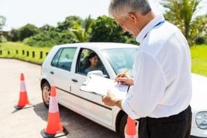 Fahranfänger in Österreich müssen auch nach der Prüfung z. B. noch ein Fahrsicherheitstraining absolvieren.