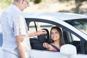 Fahranfänger in Österreich können den Führerschein mit 17 machen.