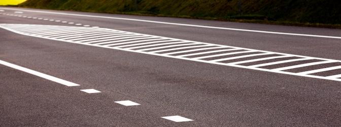 Die gestrichelte Fahrbahnmarkierung stellt eine Sperrfläche dar.