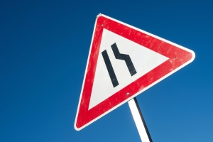 Fahrbahnverengung: Dieses Schild kündigt eine einseitig verengte Fahrbahn an.