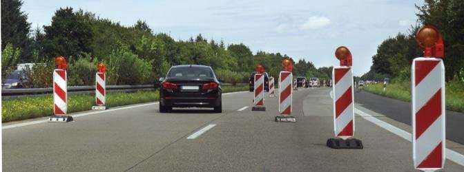 Baustellen auf der Autobahn führen häufig zur einseitigen oder beidseitigen Fahrbahnverengung.