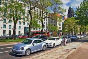 Das Fahren gegen die Einbahnstraße kann ein Bußgeld von 25 Euro nach sich ziehen.