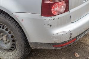 Es handelt sich um Fahrerflucht, wenn ein Zettel an der Windschutzscheibe hinterlassen wird, nachdem ein anderes Auto beschädigt wurde.