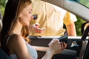 Nach Fahrerlaubnisentzug: Eine Neuerteilung kann nur durch einen Antrag erfolgen.