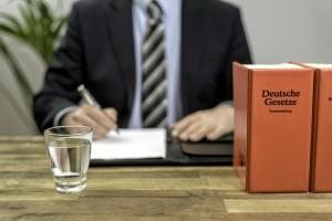 Rechtsanwälte können helfen, wenn Sie der Fahrlässigkeit oder einem Sonderfall derselben beschuldigt werden.