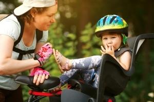 Nachwuchs auf dem Fahrrad: Das Kind sollte bequem und sicher im Kindersitz sitzen können.