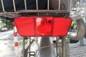 Das Fahrrad muss gemäß StVO verkehrstauglich sein. Dazu gehört auch eine funktionierende Beleuchtung.