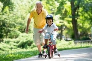 Mit dem Fahrrad unterwegs: Verkehrserziehung lässt sich oft spielerisch in den Alltag einbauen.
