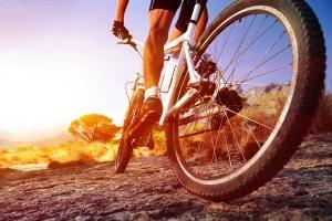 Für das Fahrrad gibt es keine Winterreifen. Sie sollten dennoch auf ein ausgeprägtes Profil achten.