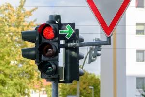 Neben der Fahrradampel ist ein Grünpfeilschild nur für Radfahrer im Gespräch