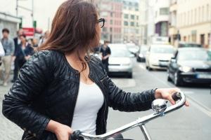 Auch für Fahrradfahrer gilt beim Abbiegen die doppelte Rückschaupflicht.