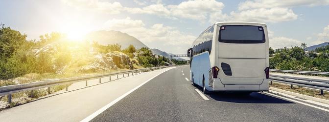 Anwärter auf einen Führerschein lernen in der Fahrschule, wie ein Bus zu überholen ist und wann.