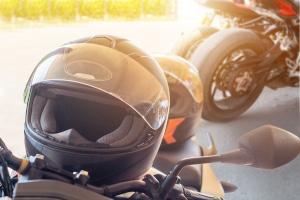 In der Fahrschule lernen angehende Motorrad-Fahrer, welche Schutzausrüstung wichtig ist.