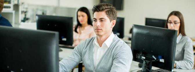 Führerscheinanwärter müssen den theoretischen Teil der Fahrschule mit einer Theorieprüfung abschließen.