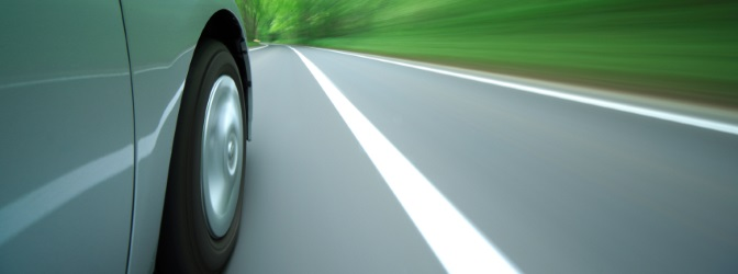 Die Fahrstreifenbegrenzung – oder durchgezogene Linie – teilt nicht nur Fahrstreifen voneinander ab, sondern untersagt auch das Überfahren des Bereichs, den sie begrenzt.