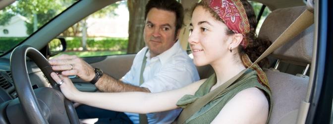 Wie viele Fahrstunden sind das Minimum? Infos zu verpflichtenden Ausbildungsfahrten und Regelfahrstunden.