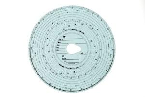 Ist der Fahrtenschreiber analog, wird eine solche Tachoscheibe aus Papier benötigt.