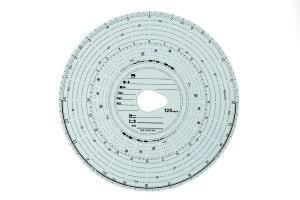 Beim analogen Fahrtenschreiber kommt die sogenannte Tachoscheibe zum Einsatz. Es handelt sich dabei um eine spezielle Papierscheibe.