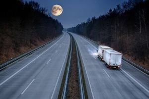 Das Fahrverbot für Lkw in der Nacht kann für bestimmte Strecken festgelegt werden.