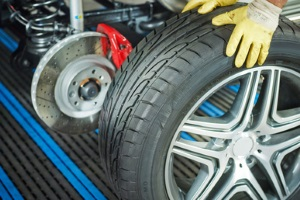 Nicht jede Fahrzeugversicherung deckt einen Reifenschaden ab.