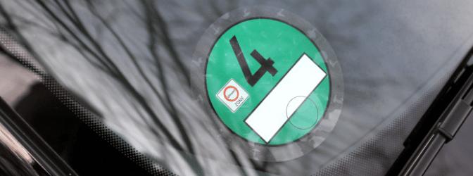 Falsche Umweltplakette: Wer erwischt wird, muss mit einem Bußgeld oder u. U. sogar mit einer Strafe rechnen.