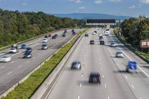 Falschfahrer auf der Autobahn: Ist ein Geisterfahrer in der Nähe, ist erhöhte Vorsicht geboten.