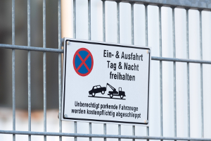 Falschparker abschleppen lassen: Einen Privatparkplatz sollten Sie auch als solchen kennzeichnen.