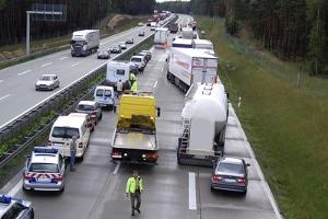 Ein Ferienfahrverbot für Lkw soll auf Autobahnen die Bildung von Staus reduzieren.