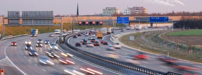 Nicht selten befinden sich feste Blitzer auf der Autobahn.