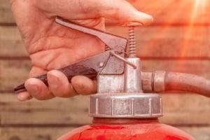 Ein Feuerlöscher im Bus muss für die Brandklassen A, B und C geeignet sein.