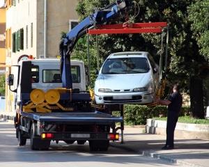 Parken vor Feuerwehrzufahrt: Das Abschleppen Ihres Kfz ist möglich.
