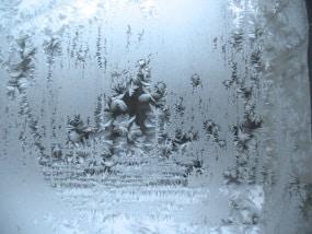 Damit der Frost nicht auch ins Auto zieht, darf der Frostschutz nicht fehlen.