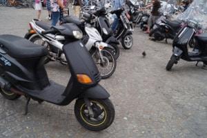 Der Führerschein der Klasse AM schließt unter anderem Mopeds ein.
