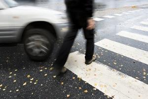 Ein Fußgänger läuft vor ein Auto: Die Schuldfrage ist nicht immer leicht zu klären.