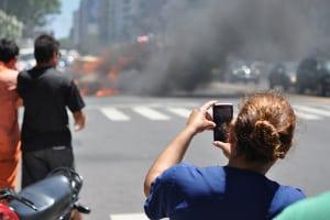 Gaffer, die Fotos vom Unfallgeschehen machen, behindern oft Notarzt und Polizei.