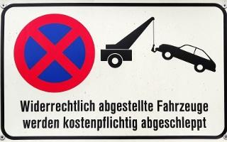 Ihre Garageneinfahrt wird öfter zugeparkt? Was Sie tun können, ist z. B. ein solches Schild anzubringen.