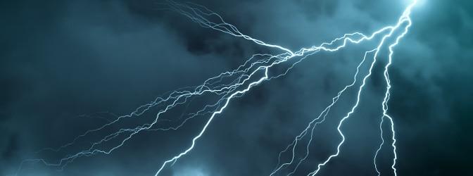 Wie vom Blitz getroffen: Was Sie ein Verkehrsverstoß, bei dem Sie geblitzt wurden, kosten kann? Rechner und Bußgeldtabellen können eine erste Orientierung bieten.
