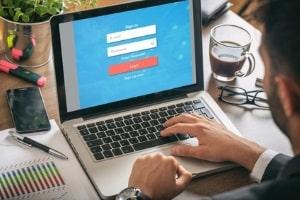 Sie wurden geblitzt? Online können Sie prüfen lassen, ob der Bußgeldbescheid anfechtbar ist.