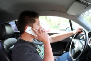 Eine Nachschulung droht nicht nur beim Geblitzt-Werden in der Probezeit, sondern auch beim Telefonieren am Steuer