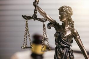 Bei einer Gefährdung des Straßenverkehrs bestimmt die Strafe in einigen Fällen ein Gericht.