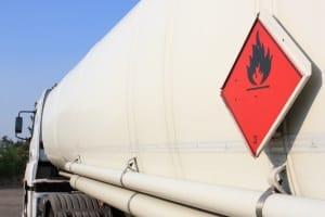 Gefahrensymbole am Lkw weisen auf die sensiblen Güter und die Gefahr, die von ihnen ausgeht, hin.