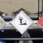 Für einen Gefahrgut-Lkw ist die Kennzeichnung der geladenen Güter entsprechend der Gefahrgutverordnung verpflichtend.