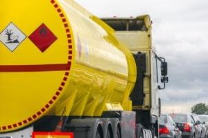 Gefahrgut im Lkw: Die Kennzeichnung erfolgt durch Warntafeln und Gefahrzettel.