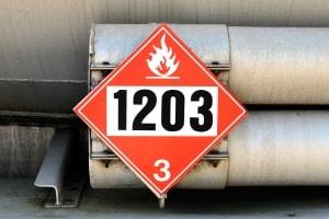 Die mangelhafte Gefahrgutkennzeichnung am Lkw wird mit hohen Bußgeldern sanktioniert.