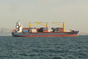 Es gibt Gefahrgutvorschriften für gesamte Besatzung an Bord eines Binnenschiffs, das Gefahrgut transportiert.